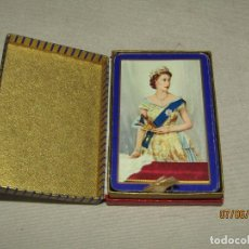 Barajas de cartas: JUEGO DE CARTAS POKER CON DORSO REINA ISABEL II DE INGLATERRA ORLA AZUL DE WADDINGTON'S 1950S.. Lote 208141050