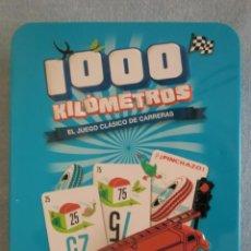 Jeux de cartes: JUEGO MESA BARAJA DE CARTAS 1000 KILÓMETROS (2016). EN CAJA METÁLICA. COMO NUEVO. Lote 269276198