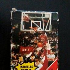 Baralhos de cartas: BARAJA FOURNIER ESTRELLAS NBA 1988. CAJA DEFECTUOSA MIRAR FOTOS. CARTAS NUEVAS A ESTRENAR. Lote 287067653