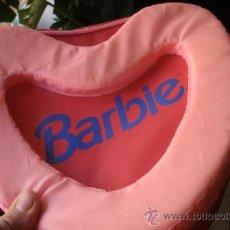 Barbie y Ken: BOLSO - MOCHILA - CARTERA BARBIE- ROSA Y FORMA DE CORAZON. Lote 183983966