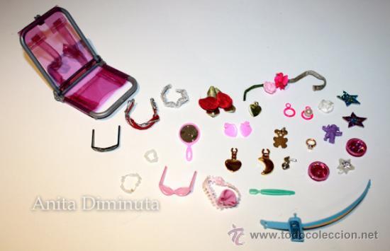LOTE DE COMPLEMETOS DE BARBIE - GAFAS DE SOL COLLARES PENDIENTES COLGANTES FLORES ESPEJO Y UNA SILLA (Juguetes - Muñeca Extranjera Moderna - Barbie y Ken - Vestidos y Accesorios)