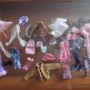 Barbie y Ken: M69 LOTE DE VESTIDOS Y COMPLEMENTOS DE BARBIE O MUÑECA SIMILAR UN CHOLLO PARA COMPLETAR. Lote 46961936