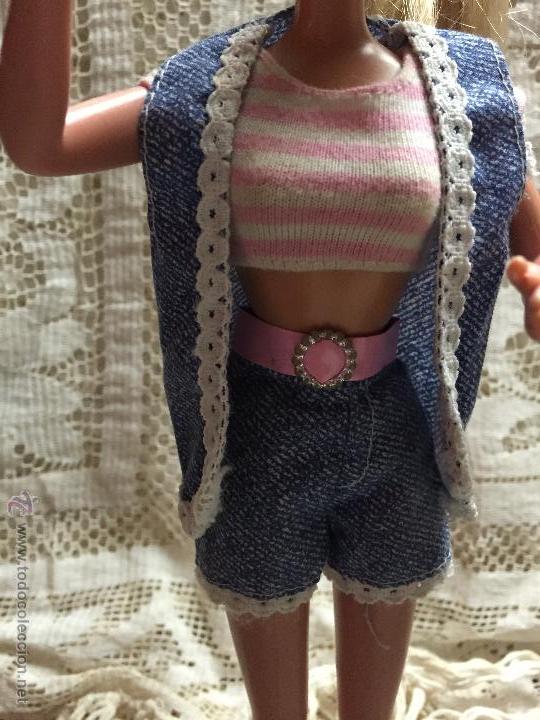 CONJUNTO DE PANTALÓN, CAMISETA Y CHALECO DE LA MUÑECA BARBIE (Juguetes - Muñeca Extranjera Moderna - Barbie y Ken - Vestidos y Accesorios)