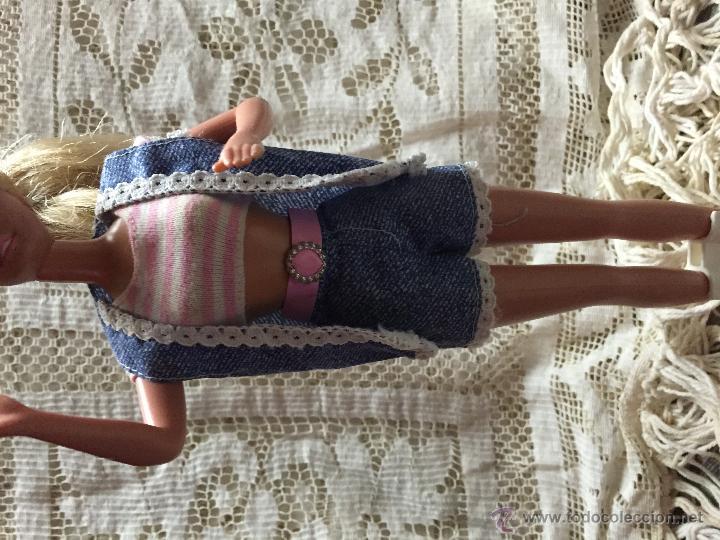 Barbie y Ken: Conjunto de pantalón, camiseta y chaleco de la muñeca Barbie - Foto 2 - 216759625
