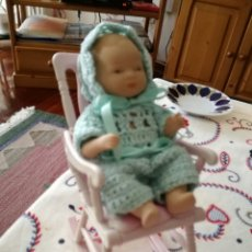 Barbie y Ken: SILLA DE BARBIE CON UN MUÑEQUITO DE CERÁMICA SENTADO. Lote 63889371