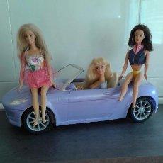 Barbie y Ken: LOTE COCHE DESCAPOTABLE BARBIE + TRES MUÑEQUITAS BARBIES. Lote 95956683