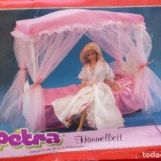 Barbie y Ken: CAMA CON DOSEL..MUÑECA PETRA, ALEMANIA, CON LICENCIA AMERICANA... Lote 96791239