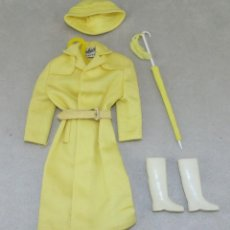 Barbie y Ken: BARBIE #0949 1962 SET RAINCOAT OUTFIT ALL ORIGINAL COMPLETE. Lote 102973347