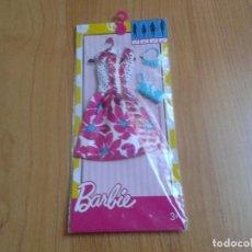 Barbie y Ken: BARBIE - CONJUNTO ORIGINAL - ROSA Y BLANCO, COMPLEMENTOS ( BOLSO Y COLLAR ) AZULES - VESTIDO MATTEL. Lote 106963003