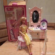 Barbie y Ken: BARBIE ANTIGUO TOCADOR CON SECADOR DE AIRE Y LUZ MÁS MUÑECA AÑO 82, FUNCIONA. Lote 110072523