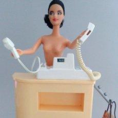 Barbie y Ken: MUEBLES BARBIE MOSTRADOR CON CAJA DE TIENDA. Lote 121460899