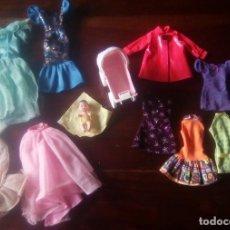 Barbie y Ken: LOTE VESTIDOS BARBIE , PERCHAS , PAREJA DE COMPLEMENTOS Y COCHECITO MÁS BEBÉ MATTEL. Lote 127509835