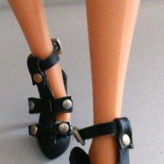 Barbie y Ken: BARBIE ZAPATOS SANDALIAS NEGRAS. Lote 151911172