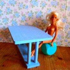 Barbie y Ken: MESA MADERA AZUL PICNIC PARA MUÑECA BARBIE KEN SINDY PULLIP BARRIGUITAS CASA MUÑECAS. Lote 135224714