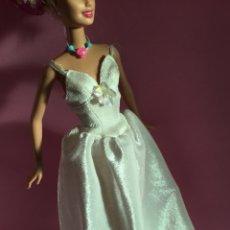 Barbie y Ken: VESTIDO FASHION AVENUE EN TERCIOPELO BLANCO DE BARBIE. Lote 142880196