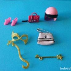 Barbie y Ken: LOTE DE ACCESORIOS DE BARBIE - CASCO, ZAPATOS, BOLSOS, MASCARA Y VARITA MÁGICA. Lote 143049854