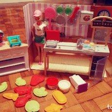 Barbie y Ken: APARATO BARBIE PARA HACER HAMBURGUESAS Y PATATAS FRITAS Y DESPIECE DE PIZZERIA CON BARBIE Y SU HERM. Lote 147088898
