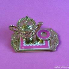 Barbie y Ken: BANDEJA CON TETERA DORADA DE BARBIE. Lote 148654114
