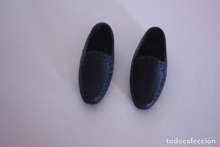 d65c462a5a Barbie y Ken  Zapatos negros de vestir válidos para muñeco Ken o similar -  Foto