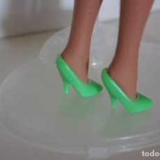 Barbie y Ken: ZAPATOS DE TACÓN PUMPS COLOR VERDE FOSFORITO CLON BARBIE AÑOS 90. Lote 161482065
