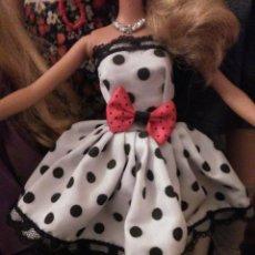 Barbie y Ken: PRECIOSO VESTIDO PARA BARBIE, Y MUÑECA SIMILAR + REGALITO ;-). Lote 164569990