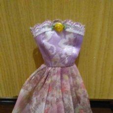 Barbie y Ken: PRECIOSO VESTIDO PARA BARBIE, Y MUÑECA SIMILAR + REGALITO ;-). Lote 164623510