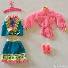 Barbie y Ken: VESTIDO FOLCLORICO PARA BARBIE-VINTAGE MATTEL ORIGINAL 1960-MONO FALDA CHALECO ZAPATOS PERCHA. Lote 171708219