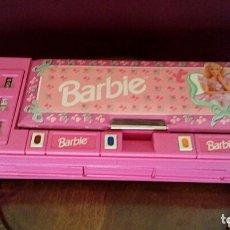 Barbie y Ken: ESTUCHE BARBIE. AÑO 1997. CON AUTOMATISMO. CALENDARIO Y DEPARTAMENTOS.. Lote 173451828
