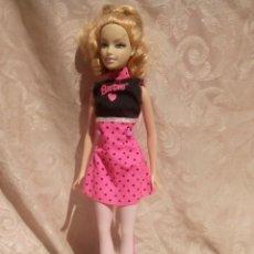 Barbie y Ken: MUÑECA BARBIE VESTIDO ROSA CON LUNARES ESTILO SANDY DE GREASSE. Lote 177194790