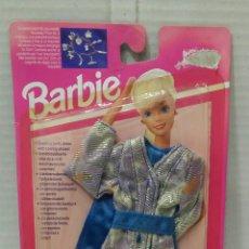 Barbie y Ken: BARBIE COLECCIÓN COCKTAIL. NUEVO EN BLISTER. INCLUYE UN COLGANTE. MATTEL. REF 68162. 1993. VESTIDO.. Lote 184296671