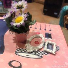 Barbie y Ken: CUBO METAL CON FLORES Y 2 MARCOS ESCAYOLA BARBIE. Lote 195345376