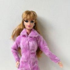 Barbie e Ken: VESTIDO ABRIGO PELO MORADO VÁLIDO PARA BARBIE. Lote 202587217