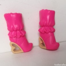 Barbie e Ken: ZAPATOS BOTAS TACÓN CORAZÓN BARBIE NUEVOS. Lote 203869235