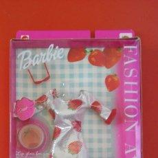Barbie y Ken: VESTIDO FRESAS CON BRILLO DE LABIOS BARBIE 2002.NUEVO EN CAJA SIN ABRIR.. Lote 205886660