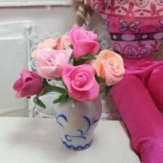 Barbie y Ken: BARBIE O BLYTHE. MINIATURAS 1:6. JARRON CON ROSAS DE FIMO. ARTESANALES.. Lote 208183116