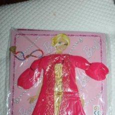 Barbie y Ken: NUEVO VESTIDO DE MUÑECA BARBIE EN BLISTER + REVISTA DE LA COLECCIÓN VESTIDO DO MUNDO. Lote 211422140