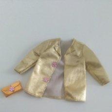 Barbie y Ken: CHAQUETÓN Y BOLSO DORADOS BARBIE. Lote 211964553