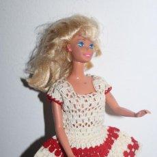 Barbie et Ken: VESTIDO DE CROCHET, BLANCO Y ROJO PARA BARBIE. Lote 212181581