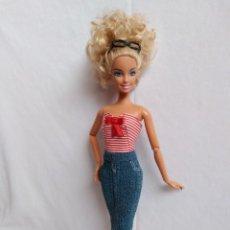Barbie y Ken: CONJUNTO DE FALDA TEJANA Y TOP RALLAS, HECHO A MANO, PARA BARBIE O MUÑECA SIMILAR. Lote 214142417