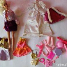 Barbie e Ken: LOTE MUÑECA BARBIE CON VESTIDOS Y ACCESORIOS. MATTEL 1976. Lote 184661663