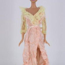 Barbie y Ken: BATA COLOR SALMÓN CON ENCAJE SIN MARCA VÁLIDA PARA BARBIE O SIMILAR. Lote 221844658
