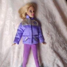 Barbie y Ken: BARBIE CON CONJUNTO DE NIEVE Y TABLA DE SNOWBOARD, PELO CORTADO VER FOTOS. Lote 224134631