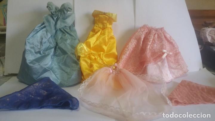 CUATRO PRENDAS DE FIESTA PARA BARBIE O SIMILAR / DOS FULAR DE REGALO. (Juguetes - Muñeca Extranjera Moderna - Barbie y Ken - Vestidos y Accesorios)