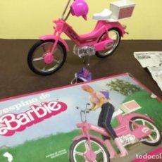 Barbie y Ken: MOTOCICLETA O MOTO DE BARBIE - MATTEL - AÑOS 80 - CON CESTA Y CASCO - VESPINO VESPA CICLOMOTOR. Lote 227568030