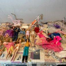 Barbie y Ken: LOTE DE 11 BARBIES Y KEN CON ROPA Y ACCESORIOS. Lote 234980505