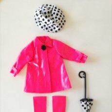 Barbie y Ken: BARBIE CONJUNTO FASHION AVENUE CHUBASQUERO ROSA FUCSIA BOTAS, SOMBRERO Y PARAGUAS DE LUNARES AÑOS 90. Lote 235133190