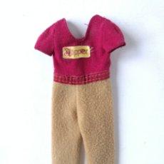 Barbie y Ken: SKIPPER MODA MONO CAMISETA ROJA PANTALÓN BEIGE AÑOS 80. Lote 236250370