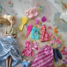 Barbie y Ken: MUÑECA BARBIE Y COMPLEMENTOS. Lote 239797395