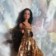 Barbie y Ken: ESPECTACULAR CONJUNTO COMPUESTO DE VESTIDO, ESTOLA Y ZAPATOS PARA MUÑECA BARBIE O SIMILAR. Lote 251183550