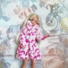 Barbie y Ken: PRECIOSO CONJUNTO DE ABRIGO Y ZAPATOS PARA BARBIE O MUÑECA SIMILAR. Lote 251678880